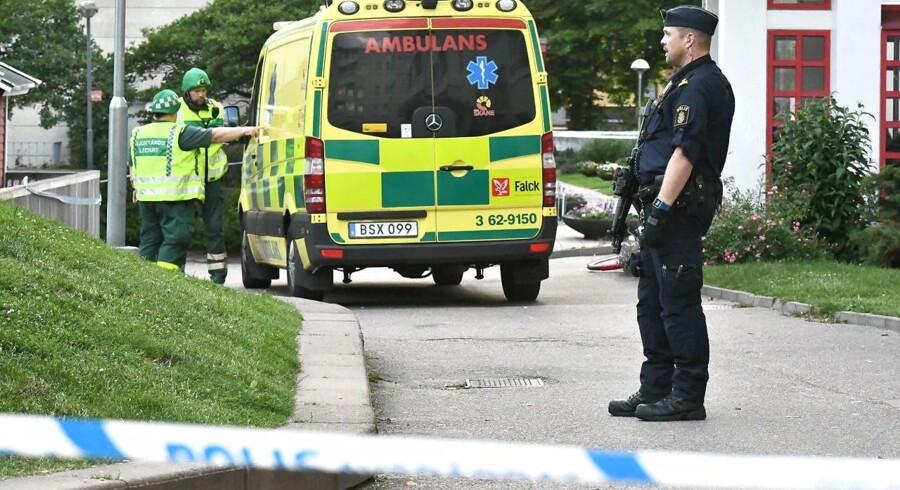 Politiet har afspærret stedet og bevogter sygehuset, samtidig med at man leder efter gerningsmanden.