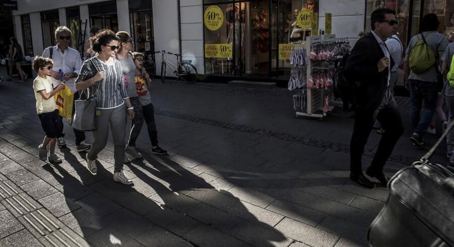 På mange forbrugere virker butikkernes gule udsalgsskilte som rene magneter ud fra logikken: »en krone sparet er en krone tjent«. Prissætningsekspert Sally Khallash løfter sløret for nogle af butikkernes klassiske udsalgskneb.h