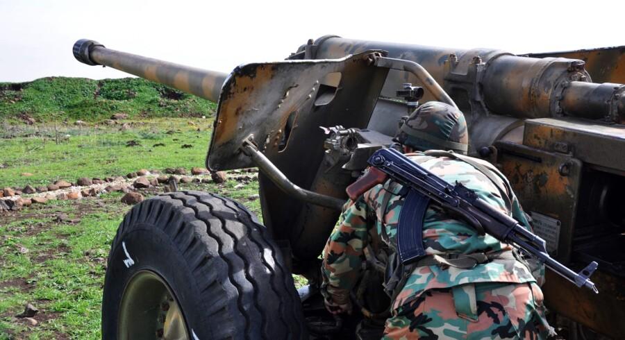 Regeringstro styrker har bombarderet oprørsstyrker nær Homs, indtil de onsdag har indgået en aftale, som betyder, at oprørerne evakueres ud af området. Scanpix/Stringer