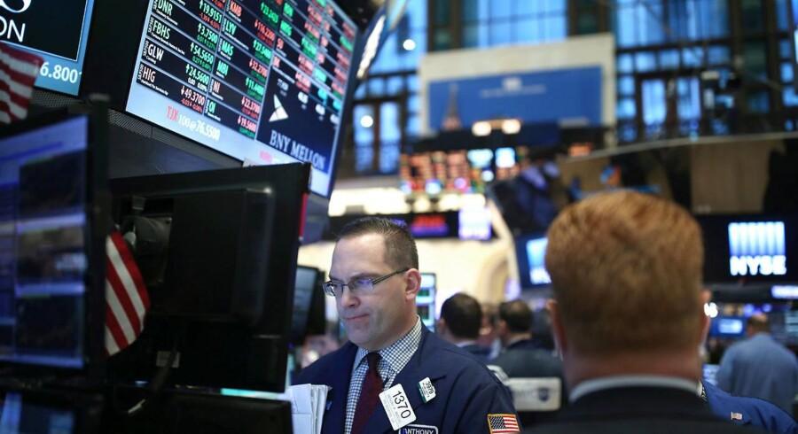 """Arkivfoto. Genmab fortsætter i rekordsporet mandag morgen, efter at selskabet har leveret endnu en opjustering af sine forventninger til 2016. Samtidig er der mindre stigninger i banksektoren, hvor såvel Danske Bank som Nordea har fået analytikerroser. Rygklap er der også til William Demant, der er løftet til """"køb"""" fra """"neutral"""" af UBS."""