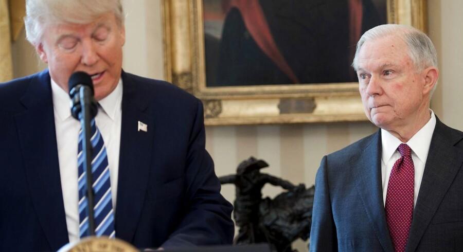 Arkivfoto ad Donald Trump og Justitsminister Jeff Sessions, der tirsdag vil forklare, hvad han ved om Ruslands indblanding i USA's præsidentvalg. AFP PHOTO / SAUL LOEB