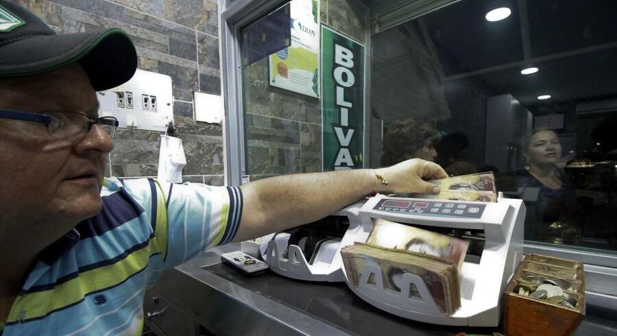 100-Bolivar sedler tælles i Colombia tæt ved grænsen til Venezuela. Det er netop 100-bolivar sedlen, der inden for 72 timer skal udskiftes for at forhindre sortbørshandel over grænsen.
