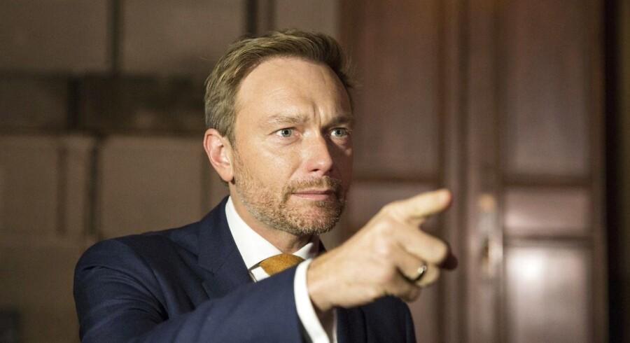 Mere end en måned efter det tyske valg er stemningen anspændt mellem de fire partier, der i øjeblikket forhandler om et regeringsgrundlag. FDP-formand Christian Lindner (billedet) har bidraget til striden med et hårdt angreb på De Grønnes flygtningepolitik.