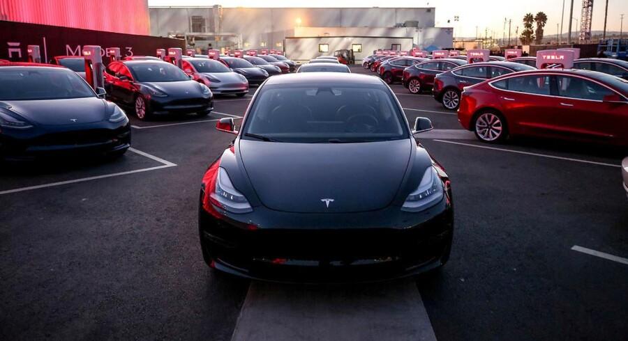 De første udgaver af Teslas S-model blev udleveret under et stort show på Tesla-fabrikken i Californien.