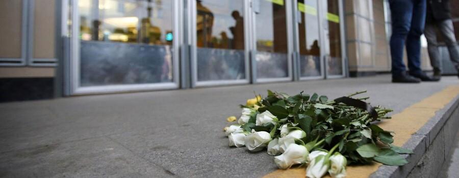 Blomster til minde for ofrene for eksplosionen i Sankt Petersborgs Metro, lagt uden for Sennaya Ploshchad metro station