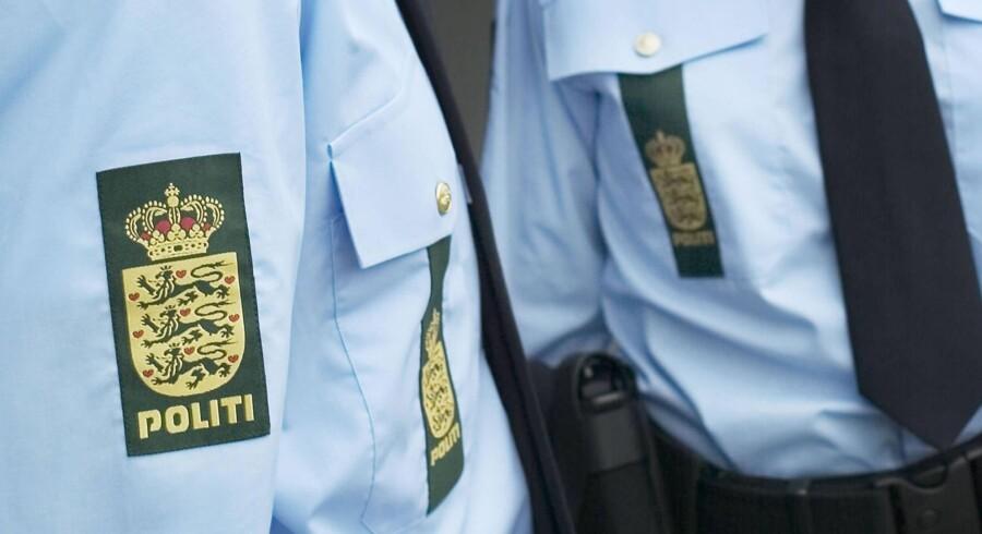 Arkivfoto: En mand stjal søndag en politibil. Efter at være kørt galt flygtede han fra politiet. Han er nu fundet død.