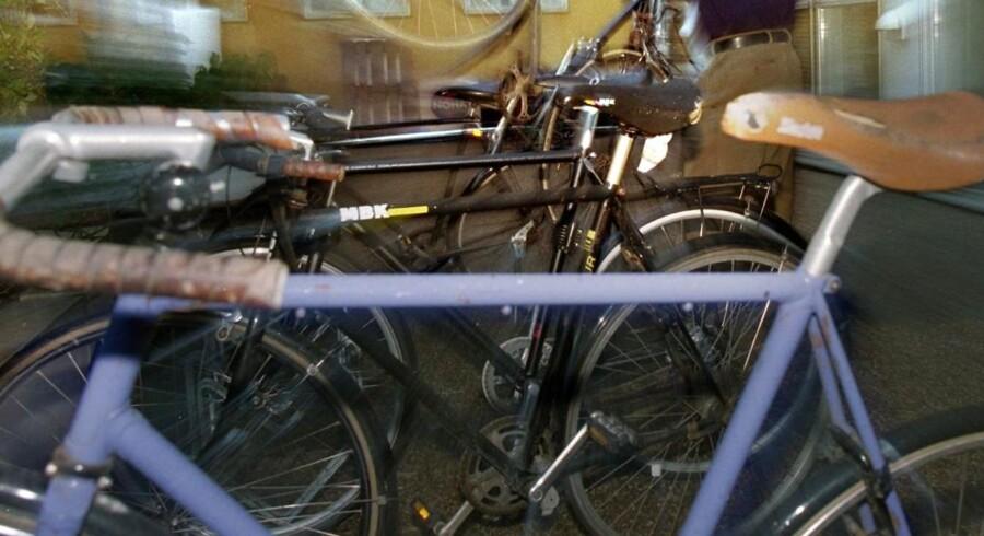 Der står masser af cykler rundt omkring, som ingen umiddelbart ved om er stjålne. Med et nyt digitalt stelnummer kan cyklen selv svare på det, når man går forbi - og finder man en stjålet cykel, vil man automatisk få dusør. Arkivfoto: Lars E. Andreasen, Scanpix
