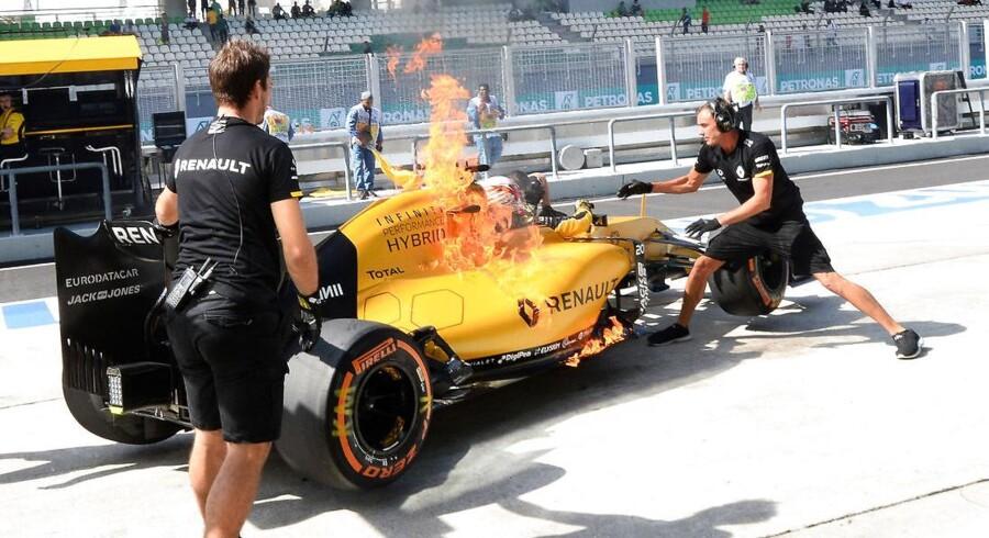 Kevin Magnussens Renault brød i brand under træningen op til det Malaysiske Grand Prix. Photo: Grand Prix Photo. (Foto: /Scanpix 2016)