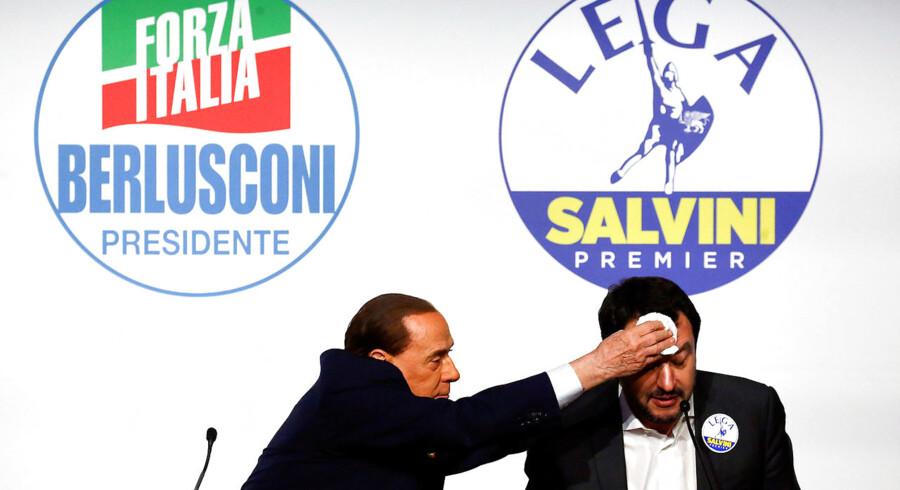 Det var næppe en venskabelig gestus, da Silvio Berlusconi under et valgmøde torsdag tørrede sveden af panden på Matteo Salvini efter Lega-lederens indrømmelse af, at han var træt. (Foto: ALESSANDRO BIANCHI/Scanpix 2018)