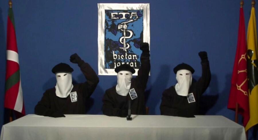 Arkiv: Maskerede medlemmer af ETA knytter deres næver i en film fra oktober 2011. (Gara via AP, File). (Foto: /Ritzau Scanpix)