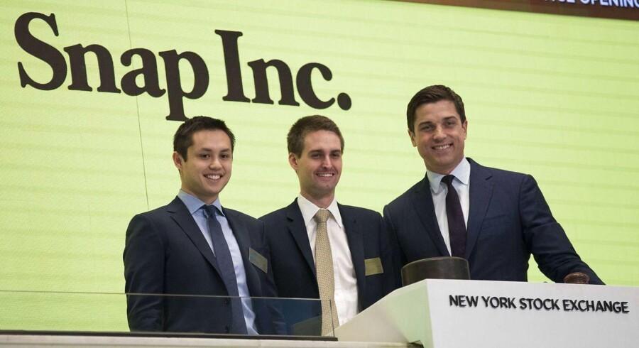 Stifteren af Snapchat, Evan Spiegel (i midten), spås til at blive den bedst lønnede topchef i 2017, efter, at han har tildelt sig en voldsom stor aktiebonus.
