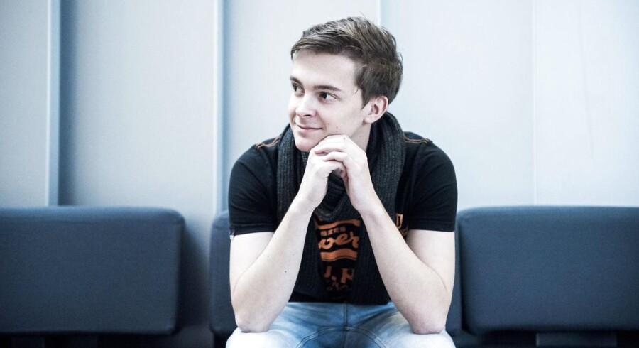 Philip Korsholm er midt i sin bachelor på IT-Universitetet i København. Han finder tryghed i at vide, at der står et job klar til ham, når han afslutter sin kandidat. For jobs er der nok af.