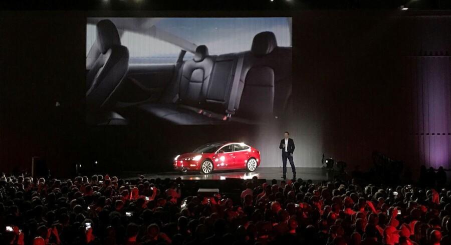 Tesla-chef Elon Musk introducerer den første Model 3 fra Tesla til et event i Californien fredag den 28. juli.