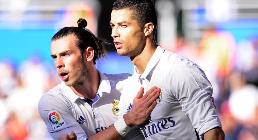 Gareth Bale (til venstre) ses her sammen med Cristiano Ronaldo. De to skal også fremover udgøre en farlig offensiv i Real Madrid. Scanpix/Ander Gillenea