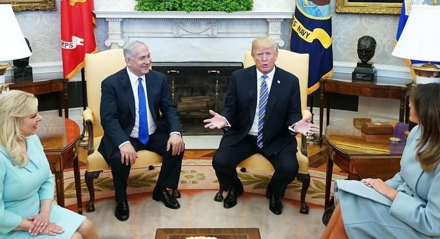 USAs præsident, Donald Trump, og førstedame Melania tog imod den israelske premierminister, Benjamin Netaynyahu, og hustruen Sara, der begge i øjeblikket bliver efterforsket for korruption af israelsk politi. Foto: Mandel Ngan/AFP