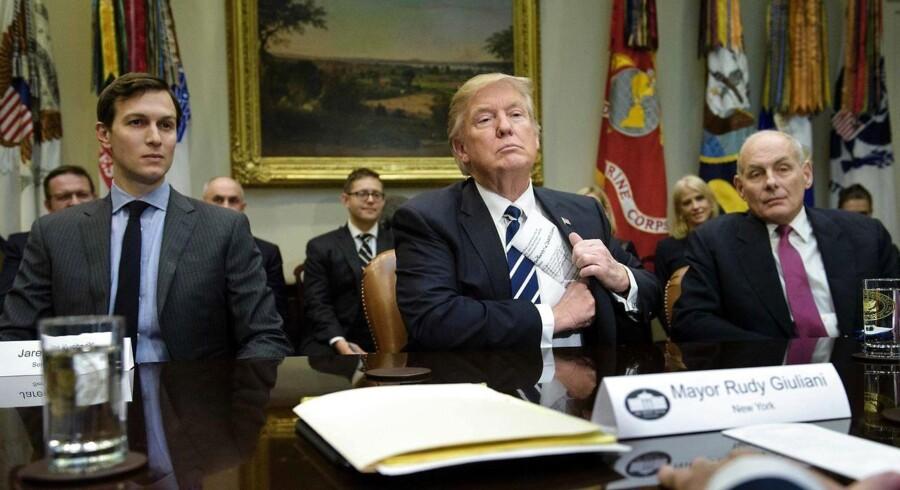 ARKIVFOTO: John Kelly (til højre) sammen med Donald Trump og Jared Kushner.