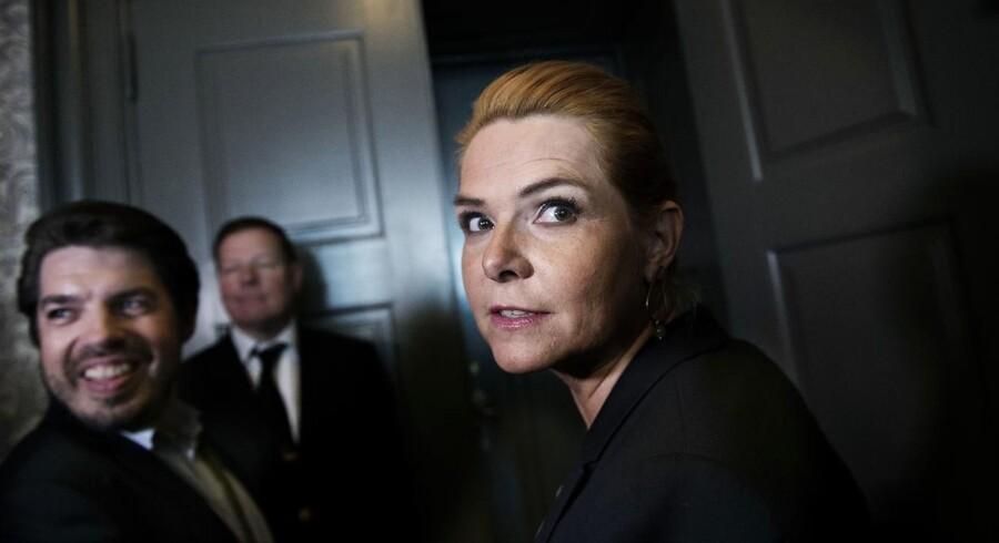 Udlændinge- og integrationsminister Inger Støjberg (V) er, torsdag den 1. juni 2017, kaldt i samråd om beslutningen om undtagelsesfrit at adskille ægtepar på asylcentre, hvor den ene ægtefælle er under 18 år.