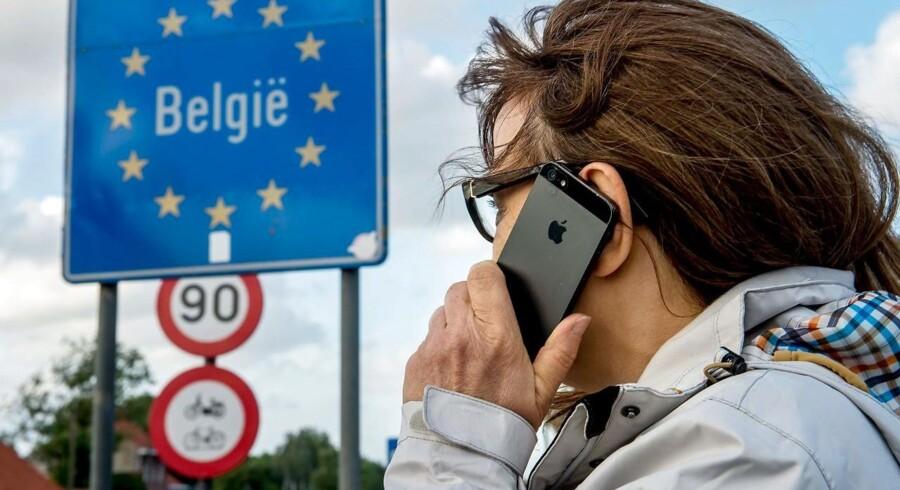 De fleste danske mobilabonnenter skal nu betale mere for deres mobilabonnement, men hvis det sker som følge af EUs afskaffelse af roaming, er det faktisk ulovligt - og det ser myndighederne nu på. Arkivfoto: Philippe Huguen, Scanpix