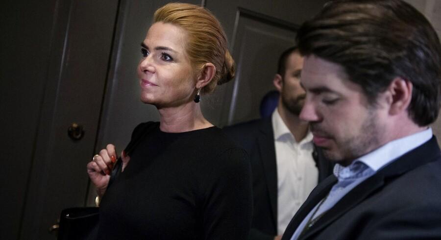 Udlændinge- og integrationsminister Inger Støjberg (V) sammen med sin særlige rådgiver Mark Thorsen ved onsdagens samråd.