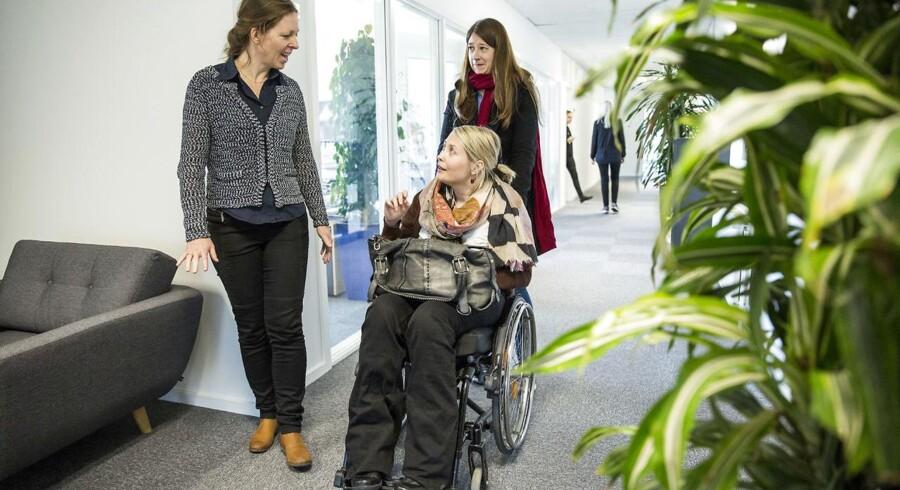 Ingrid Ihme (i kørestol), direktør for Telenor Open Mind og Ina Jensen(tv.) fra Dansk Handicaporganisation. Her er de på besøg hos Falck.