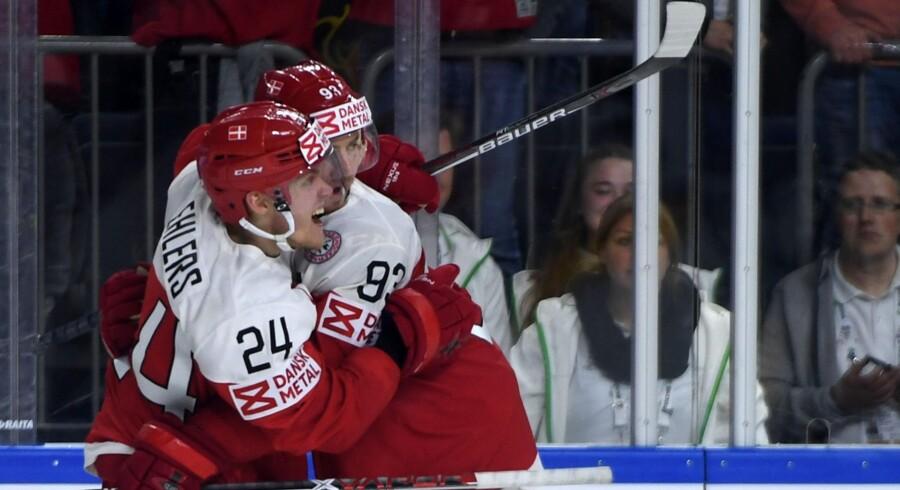 Der var ikke meget af fejre for Peter Regin (th.) og Nikolaj Ehlers, da Danmark tabte til Sverige ved VM i ishockey søndag aften i et tæt opgør. Scanpix/Patrik Stollarz