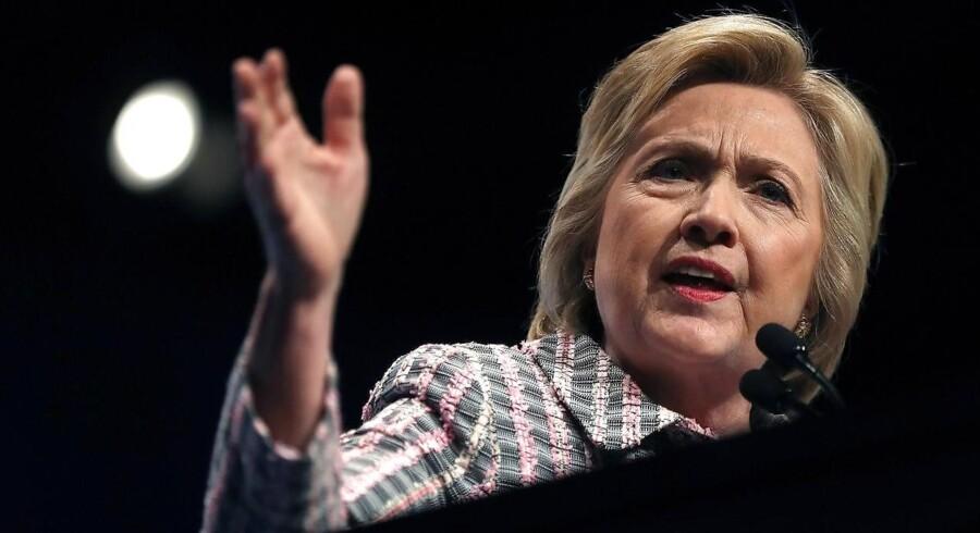 Hillary Clinton står til at blive valgt som demokraternes præsidentkandidat på partiets konvent, men en ny skandalesag har fået tumult og skænderier til at bryde ud, og der er blevet buhet flere gange under taler på konventet, når Hillary Clinton er blevet nævnt.