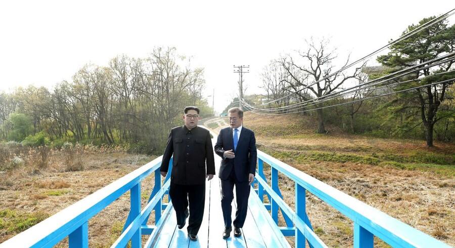 Sydkoreas præsident Moon Jae-in og Nordkoreas Kim Jong Un spadserer sammen ved våbenhvile-landsbyen Panmunjom. April 27, 2018. Korea Summit Press Pool/Pool via Reuters. (Foto: HANDOUT/Ritzau Scanpix)