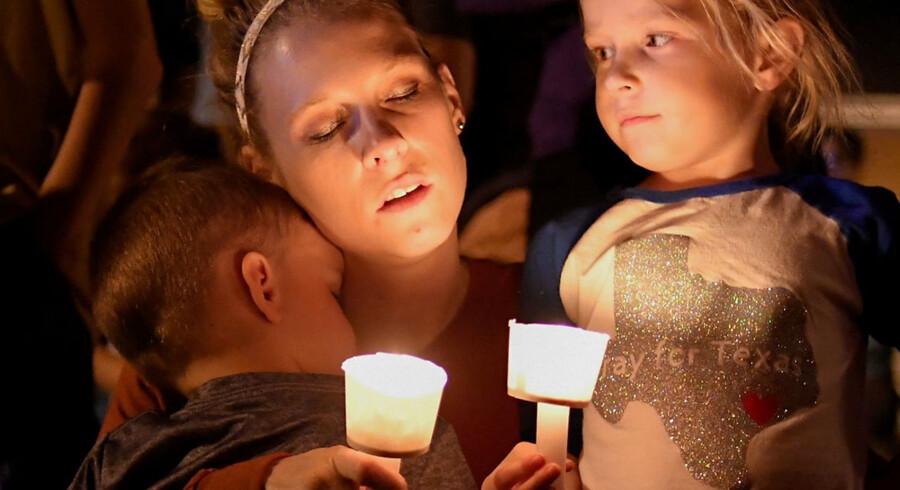 Mindehøjtidelighed for de dræbte og sårede ved masseskyderi i en kirke i Sutherland Springs, Texas, søndag den 5. november 2017. Midt under søndagens gudstjeneste i byen Sutherland Springs dukkede en yngre hvid mand op ved kirken. Bevæbnet med en automatriffel åbnede han ild mod kirkegængerne. Mandag morgen dansk tid er foreløbig 26 mennesker bekræftet dræbt og 20 såret i USA's seneste masseskyderi. /Ritzau/