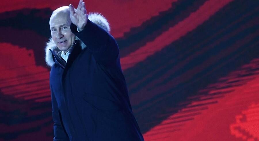 Putin vinker til sine tilhængere ved en valgfest, der også markerede årsdagen for Ruslands annektering af Krim-halvøen.