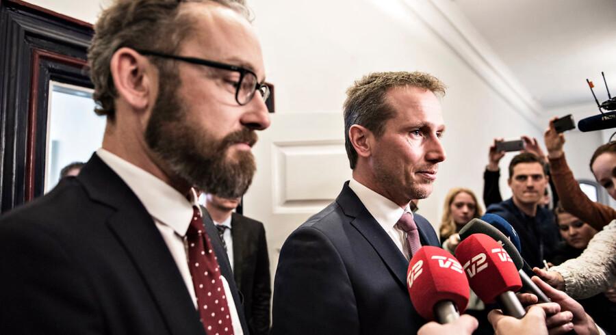 Transportminister Ole Birk Olesen (LA) var tirsdag den 14. marts 2017 til et møde om PostNords økonomiske krise og skulle overbevise partierne i postforligskredsen om, at de fortsat kunne have tillid til ham. Her sammen med Kristian Jensen.