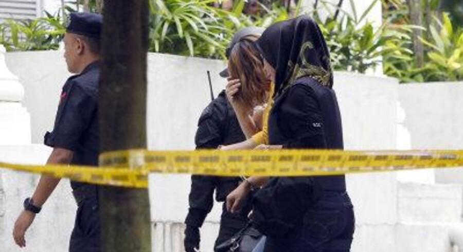 En af de kvindelige hovedmistænkte, i midten, i sagen om mordet på Kim Jong-nam i Malaysia. Nu har landet besluttet at suspendere nordkoreaneres visumfri adgang. Foto: AP/Daniel Chan