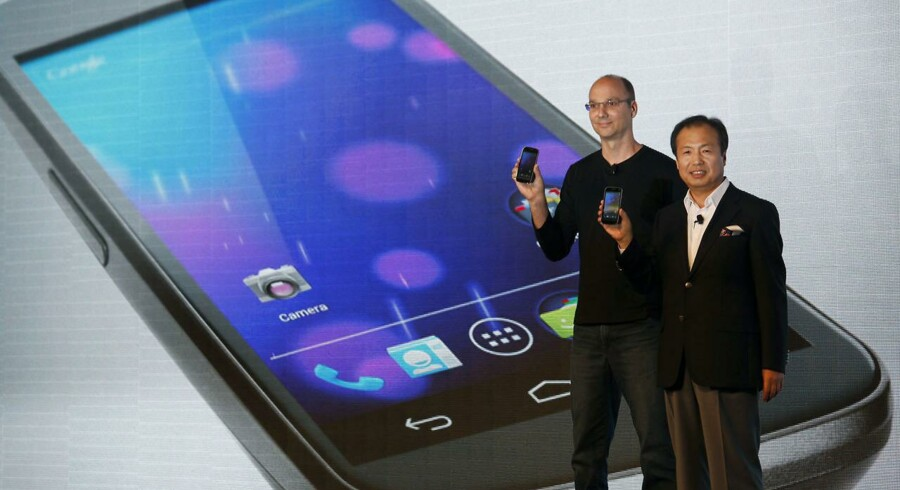 Andy Rubin (til venstre), mens han stadig stod for udviklingen af Android-styresystemet hos Google - her fotograferet i 2011 sammen med Samsungs daværende mobilchef, J.K. Shin, hvor de præsenterer den nye Galaxy Nexus. Nu vil Andy Rubin udvikle sin egen toptelefon. Arkivfoto: Bobby Yip, Reuters/Scanpix