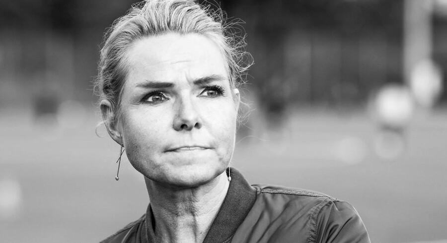Med hurtig indgriben fra PET-folk og en ministerchauffør blev udlændinge- og integrationsminister Inger Støjberg fredag ført sikkert væk fra et udrejsecenter.