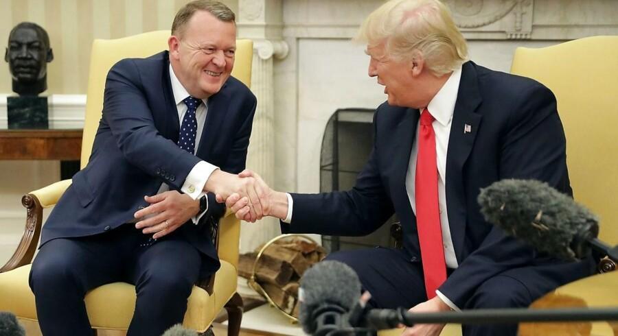 Præsident Donald Trump og statsminister Lars Løkke Rasmussen giver hånd i det ovale kontor i Det Hvide Hus.