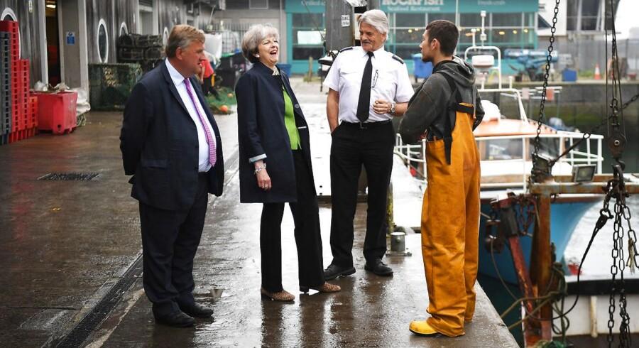 Den britiske premierminister, Theresa May, besøgte onsdag fiskere i Plymouth og fandt undervejs tid til at fortsætte angrebene på Labour-lederen, Jeremy Corbyn. Foto: Leon Neal/Reuters