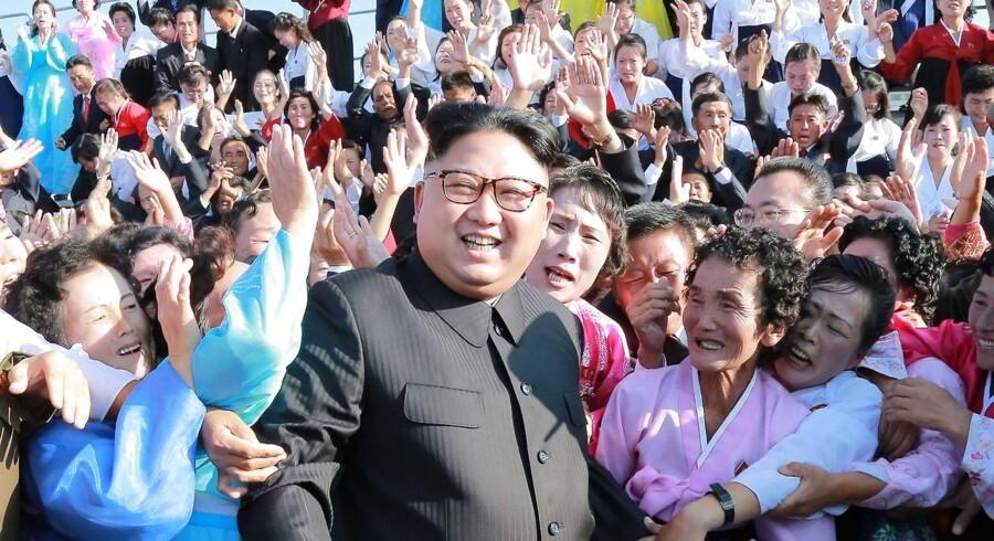 Nordkoreas leder, Kim Jong-un, rager flere diplomatiske uvenner til sig efter atomtest. AFP PHOTO