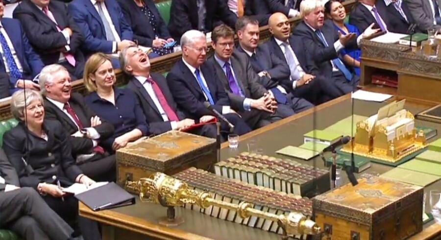 Theresa May omgivet af en halv snes ministre - billedet er taget for præcis en måned siden, og i dag er én af dem fyret, en anden bliver måske fyret i dag, en tredje kræves fyret, og en fjerde er under sexanklage.