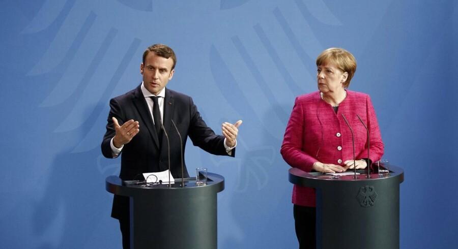 Frankrigs præsident Emmanuel Macron og Tysklands kansler Angela Merkel kom i høj grad hinanden i møde, da Macron mandag aften var på besøg i Berlin. Der skal ske reformer af euzonen, og Merkel vil ikke engang udelukke traktatændringer længere. EPA/CARSTEN KOALL
