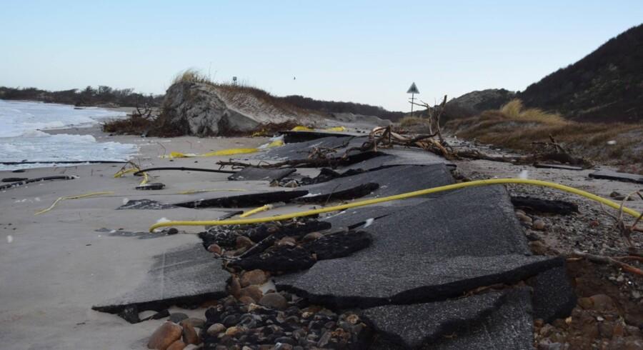 Stormen Urd har undermineret hovedvejen på Kattegatøen Anholt (billedet). Enhedslisten mener, at der er brug for en national strategi, der skal sikre, at beboere og væsentlig infrastruktur i kystområder sikres mod oversvømmelser og erosion. Free/Liselotte Arentz Sørensen