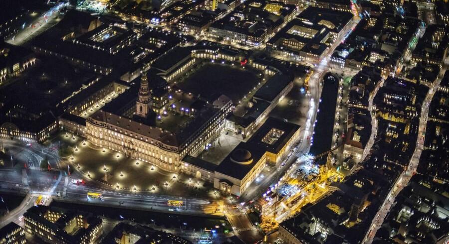 Christiansborg set fra luften om natten
