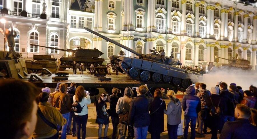 En russisk T-72 kampvogn foran Vinterpaladset i Skt. Petersborg under en øvelse forud for den årlige militærparade 9. maj.
