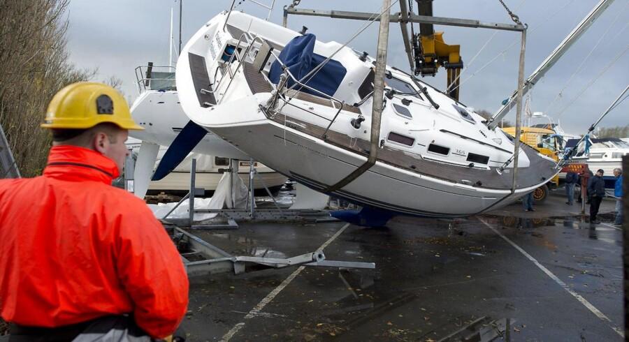 Storm Bodil rasede over Danmark i december. Her er det lystbåden Furien fra Fredericia man prøver at få på ret køl igen dagen derpå. (Foto: Claus Fisker/Scanpix 2013)