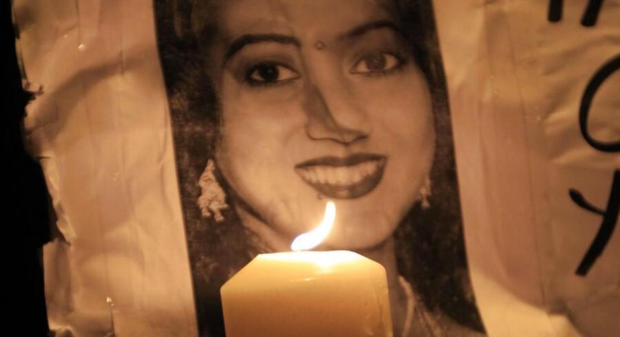Irlands abort-lovgivning kom for alvor i vælten i 2012, da den gravide kvinde Savita Halappanavar døde efter at være blevet en abort på Galway-hospitalet i Irland. Her et billede af Savita Halappanavar fra en demonstration i Dublin i november 2012.