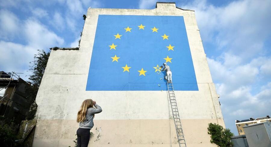 Det nymalede kunstværk på en bygning ved Dover, England.