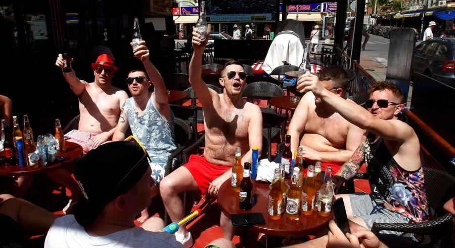 Brittiske turister i Benidorm fejre EU-valg resultatet. EPA/MORELL