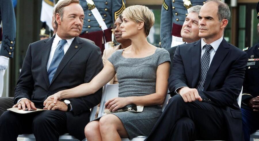 Pressefoto: Parret Frank og Claire Underwood er indbegrebet af politisk kynisme. Til højre i billedet ses Frank Underwoods stabschef, Doug Stamper.