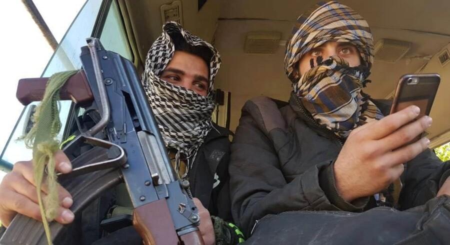 Oprørere fotograferet i en bus på vej ud af byen Douma i Østghouta.
