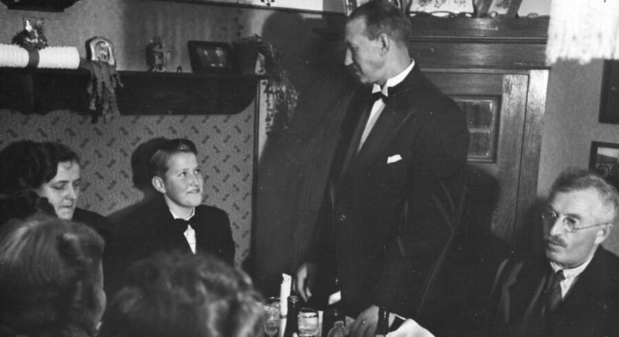 Konfirmationsfest i hjemmet hos en familie i 1940. Far holder tale. Retorikspeciale fortæller om alt det, faderen ikke siger, men som alle konfirmationstaler er fulde af.