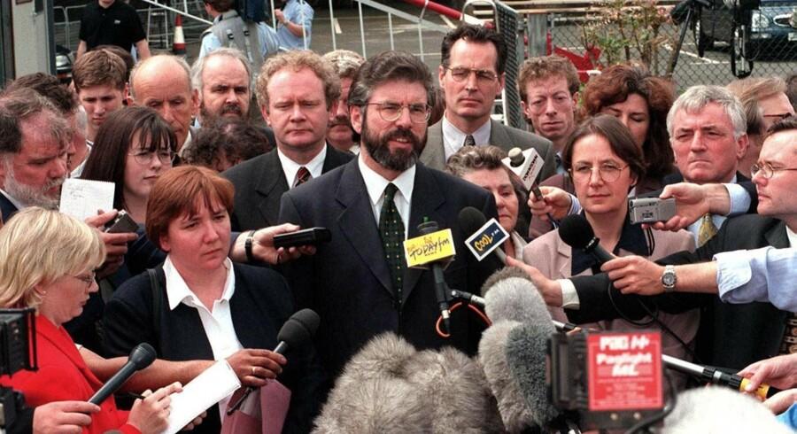 Gerry Adams og andre ledere fra Sinn Fein mødes tirsdag med den britiske premierminister, Theresa May, og ledere fra det pro-britiske nordirske parti DUP. En række nylige udtalelser fra Sinn Fein bliver af DUP betegnet som en forherligelse af terrorisme.