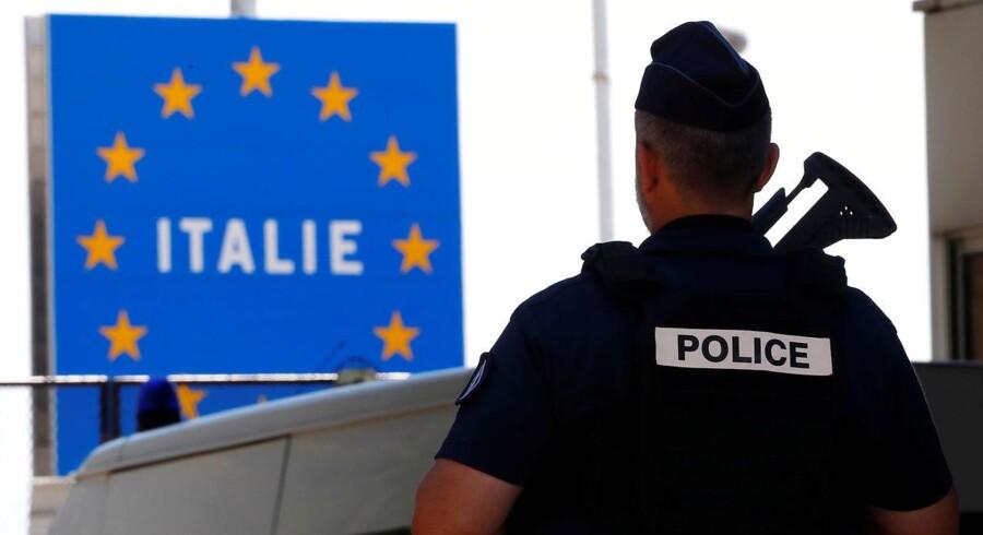 En fransk politimand vogter grænsen til Italien.